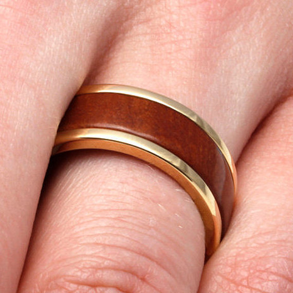 زفاف - Handmade 14k Yellow Gold Wedding Band With Pear Wood Inlay, Titanium and Natural Wood Jewelry