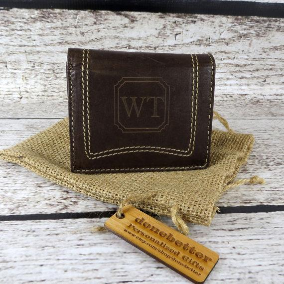 Свадьба - Tri Fold Personalized Mans Wallet - Gifts for Men - Groomsmen Gift - Husband- Grand Father (777)