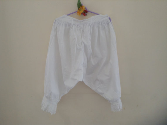 Mariage - Beautiful Vintage French Fancy Bloomers, White Linen with Wonderful scalloping and Ornate embroidery. Single Waist Pearl Button.