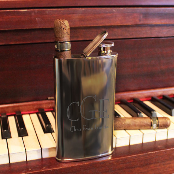 Mariage - Custom Designs MONOGRAMMED Flask and Cigar Holder Combo - Free Personalization Groomsmen & Bestman Gift for Him