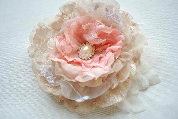 Свадьба - champagne cream pink bridal hair flower, vintage weddings accessory, bridal headpiece, bridesmaids cream flower, sash, shabby chic, corsage