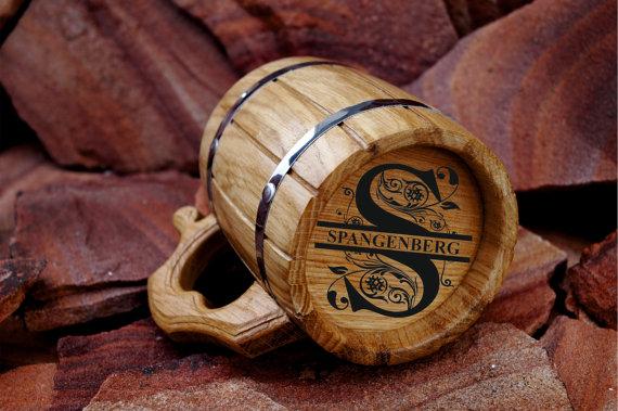 Свадьба - Personalized Wooden Beer mug 22oz-Engraved on the bottom-Natural wood-Stainless steel inside-Groomsmen, Dad, Groom gift-Wedings-Birthday