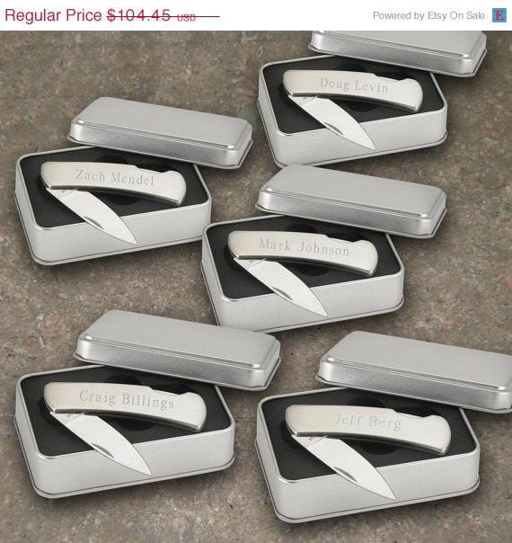 Свадьба - Personalized Pocket Knife - Groomsmen Gifts - Engraved Lockback Pocket Knives  (Lot of 5 - RO181X5)