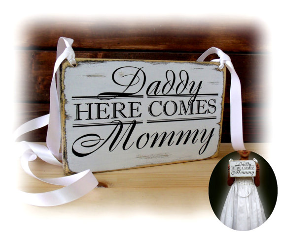 Mariage - Daddy here comes mommy sign, Flower girl sign, rustic chic wedding sign, primitive wedding sign 7.5x11''