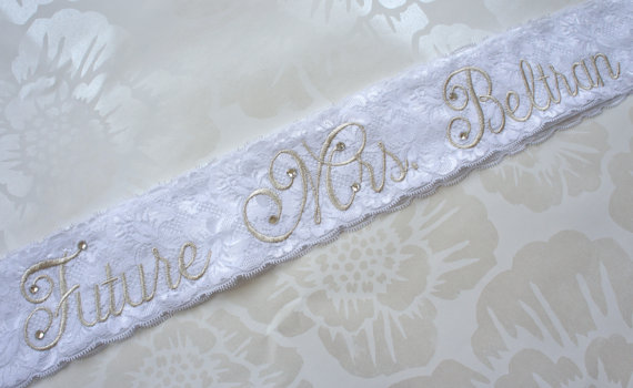 Mariage - Vintage Lace Bridal Sash - White Lace Sash - Customizable Rhinestone Bride to Be Sash - White and Silver Sash