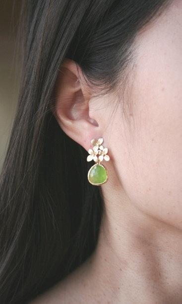 Mariage - Gold Flower and Peridot Dangle Earrings. Green Earrings.Apple Green.Bridesmaids Earrings.Bridesmaids Jewelry.Bridal Jewelry.Wedding. Simple.