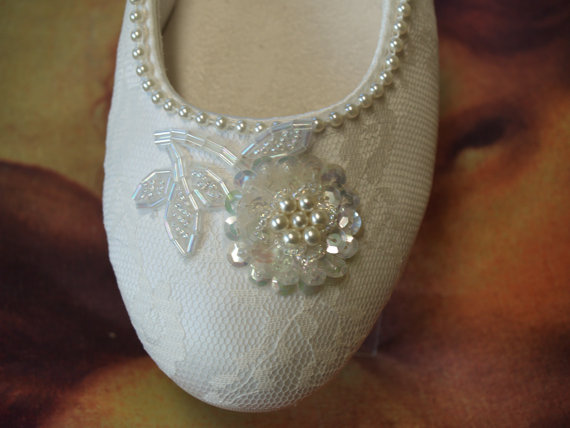Свадьба - Bridal Flat IVORY SHOES Comfortable Vegan decorated with hand sewn pearls and appliqué - Wedding flats ivory rose