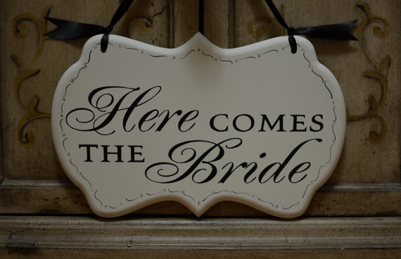 Mariage - Here Comes the Bride Wedding Sign with Decorative Border, Painted Wooden Cottage Chic Flower Girl / Ring Bearer Sign