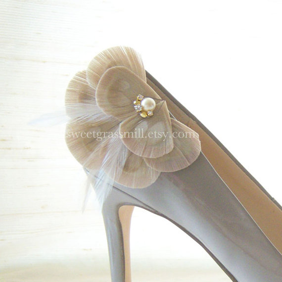Wedding - Peacock Shoe Clips - BELLA CHAMPAGNE - Bleached Beige Peacock Feathers with Gems