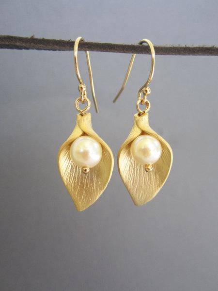 زفاف - Gold Calla Lily Earrings,  Wedding jewelry, Wedding jewelry, Bridesmaid earring, Freshwater pearl earrings, Gift for Bridesmaids