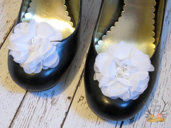 زفاف - White Chiffon Flower Shoe Clips. Wedding Bride Bridesmaid Flower Girl Pearl Rhinestone