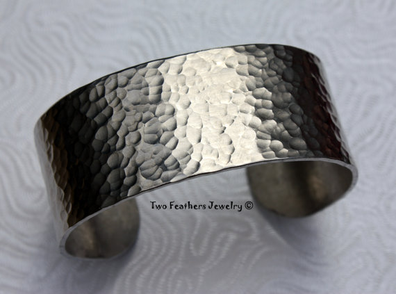 Свадьба - Hammered Cuff Bracelet - Textured Metal Cuff - Wide Cuff - Gift For Her - Bridesmaid Gift - Non Tarnish Jewelry - Aluminum Silver Cuff