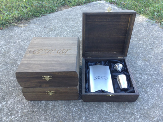 Свадьба - Engraved Cigar Box SET OF 5 with Flask & Shot Glass Set Rustic Wedding Personalized Bridal Party Groomsmen Gift