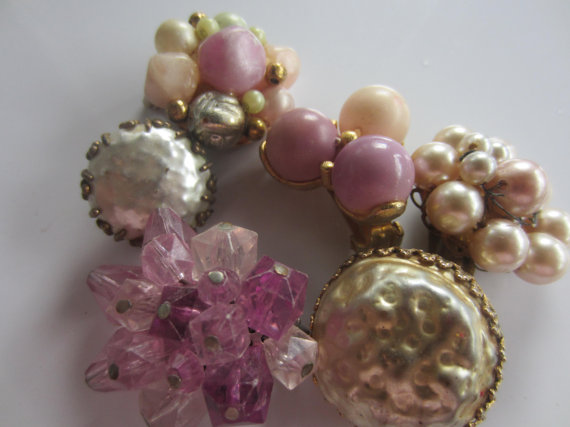 Mariage - Vintage Shabby Chic lot of jewelry, single earrings embellishments, repurpose, lot of 6, lilac, pearls (July 728 )