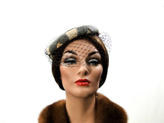 Свадьба - Hat Low Pillbox Fascinator Veil 1950s Gray Cream Silk Veil // Wedding Special Occasion Vintage Cocktail Hat // Womens Accessories