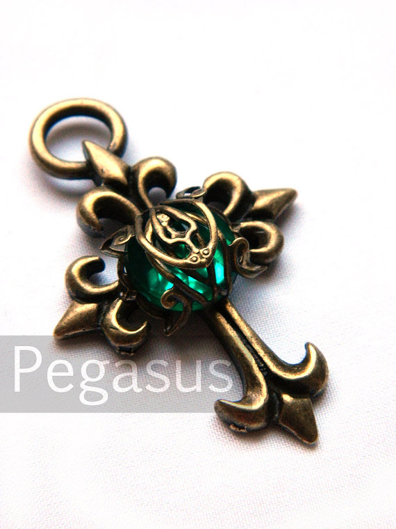 Свадьба - Gothic Filigree Gem Cross EMERALD Green Pendant (1 Pieces)(4.5cm)  Filigree wrapped bead on gothic cross pendant - steampunk jewelry