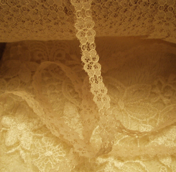 Mariage - 2 yds -Petite Cream  Floral Lace, trim, Edging - Weddings - Lamp Shades,  Dolls, Sewing, Crazy Quilts,  Home Decor