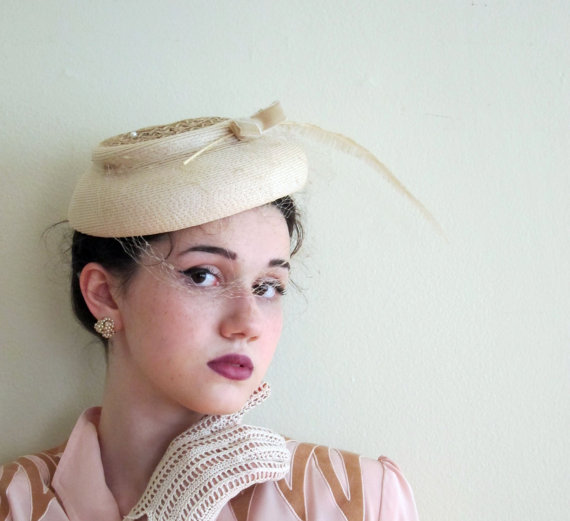 Mariage - Vintage 1950s Close Hat in Ivory Straw with Feather / 50s Cocktail hat With Veil
