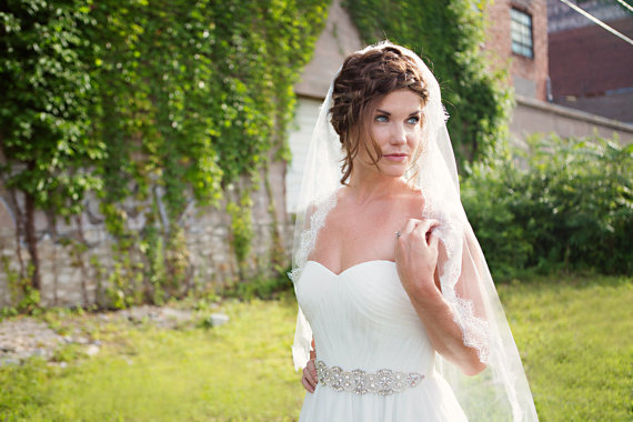 Mariage - Chantilly Lace Wedding Veil, Ivory Tulle with French Alencon Lace Edging - VE433