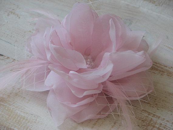 Wedding - Pink hair flower Pale pink hair flower Pink wedding flower Pink headpiece Pink hair clip Pink hair feathers pin Pink veil Pink bride veil