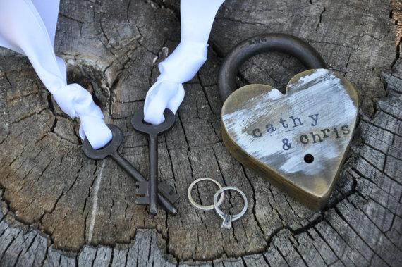 Mariage - Love lock skeleton key love lock ceremony paris photography pont des arts heart lock paris decor rustic wedding gift padlock personalized