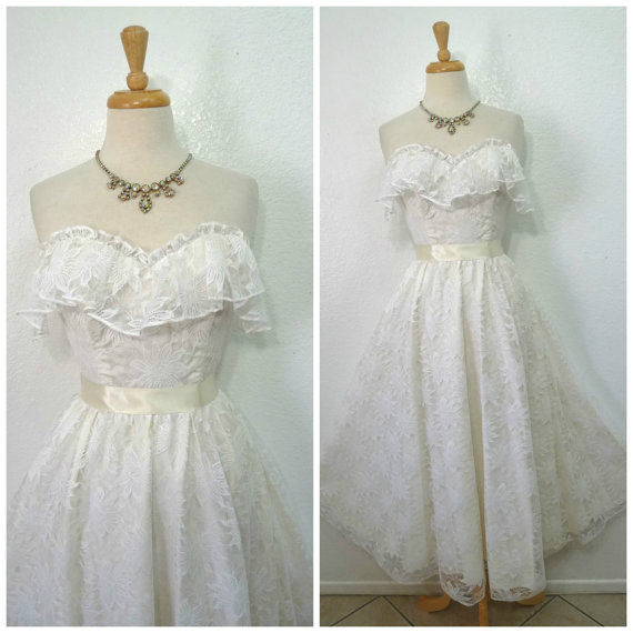 Свадьба - Vintage 1960s Wedding dress, White lace dress, Sweetheart ruffle bust ,50s wedding dress