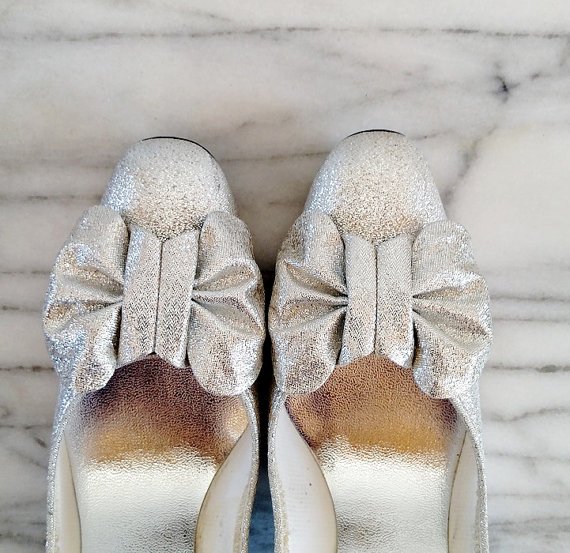 Mariage - Vintage Silver Shimmer Bow Shoes. Size 9