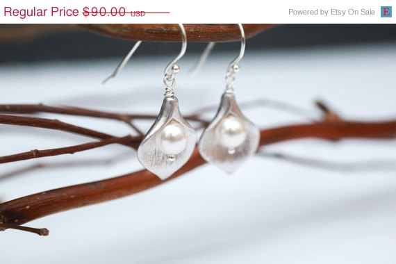 Свадьба - Bridesmaid Jewelry, Silver Calla and Pearl Wedding Earrings, Bridal Party Gift