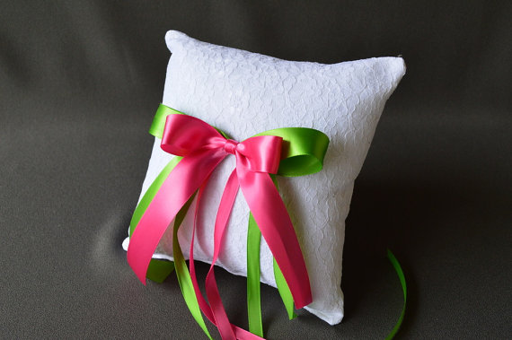 Mariage - Lace wedding ring pillow with pink and green satin ribbon bows