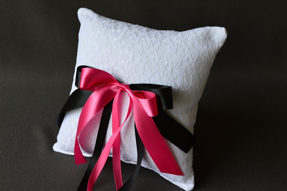 Mariage - Lace wedding ring pillow with black and fuchsia satin ribbon bows
