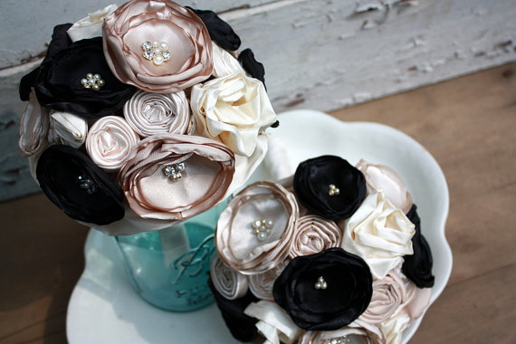 "Свадьба - Champagne and black wedding bouquet, 6"" fabric flower bridal bouquet, Champagne, cream and black bouquet"