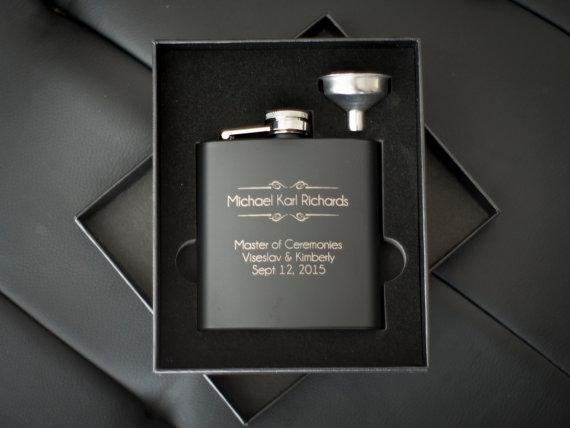 Свадьба - 8 Personalized Groomsmen Gifts - EIGHT Custom Engraved Black Flasks Gift Sets