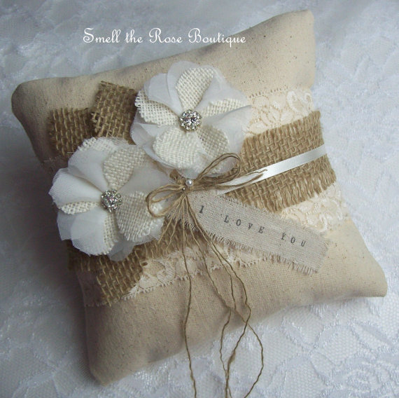 Свадьба - Burlap Wedding Flower Ring Pillow,Rustic Burlap Wedding Ring Pillow