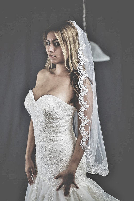 Свадьба - beautiful and unique bridal veil with lace around the edge includes comb comes in white and ivory color