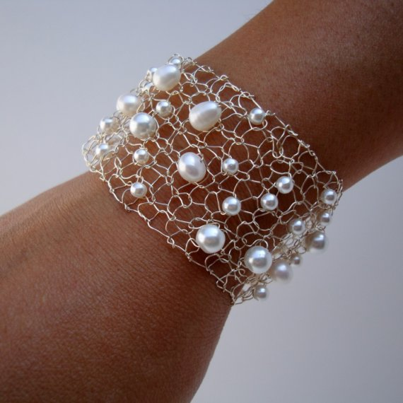 Mariage - Pearl Bridal Bracelet / White Pearl / Silver Wire Mesh Cuff Bracelet / Luminious Freshwater Pearls / Wedding Jewelry