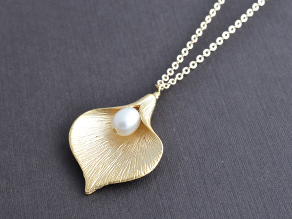 Hochzeit - SALE, Calla necklace, Pearl necklace, Gold necklace, Wedding necklace, Bridal jewelry, Anniversary gift, Flower necklace, Valentines gift