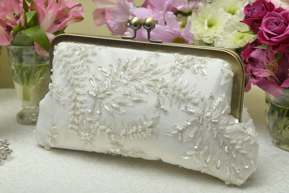 Свадьба - Beaded Bridal Clutch, Ivory Bridal Clutch, Formal Purse, White Bridal Clutch, Lace Wedding, Pearl Clutch {Charlotte Kisslock}