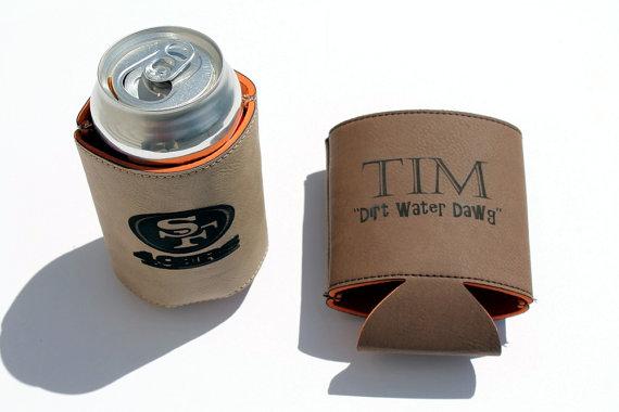 Mariage - Personalized Groomsmen Gift Set of 3 - Leather Coozie - Drink Holder - Beverage Holder - Groomsmen Gift - Dark Brown or Light Brown