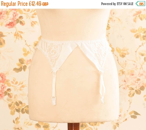 "Свадьба - Vintage Dainty White Lace Garter Belt, Suspender Belt. Circumference: 23 - 27"""