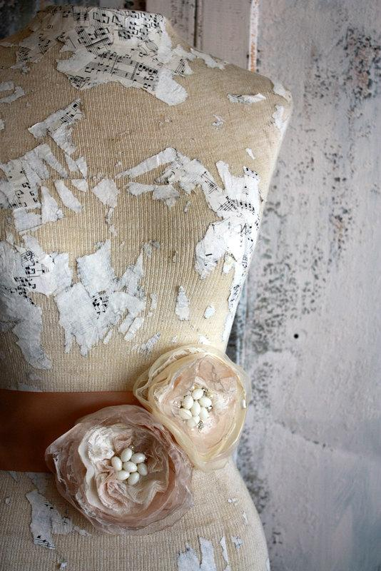 Свадьба - Champagne sash, Champagne and lace wedding dress sash, champagne fabric flower dress sash