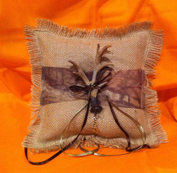 Свадьба - Burlap and camo ring bearer pillow with antler