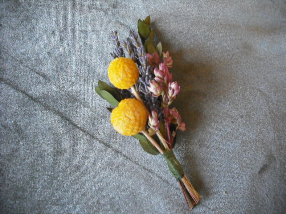 زفاف - Boutonneire made with Billy Buttons and dried Lavender, for your groom, best man or ushers.
