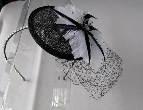 زفاف - White Feather Flower Black Sinamay Fascinator Hat with Veil and Crystal Headband, for weddings, parties, cocktail, evening, special occasion