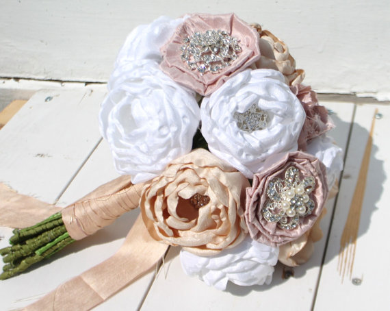 Mariage - Heirloom brooch bouquet. Shantung and dupioni fabric peony flowers in blush, champagne and white.