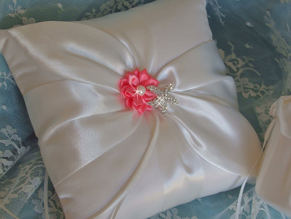 Свадьба - Destination Wedding Ring Bearer Pillow, Coral Wedding Ring Pillow, Starfish Wedding Pillow, Beach Wedding Ring Pillow, Bridal Ring Pillow
