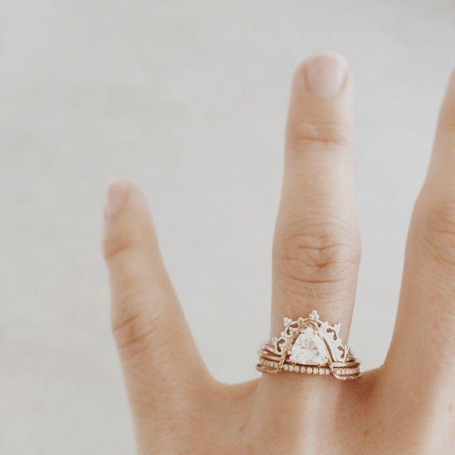 Свадьба - Offset Triangle Ring With Crown
