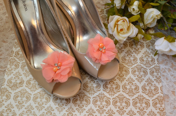 Свадьба - Flower Shoe Clips, Coral Flower shoe clips, shoe clips, wedding shoe clips, rhinestone shoe clips, pearl