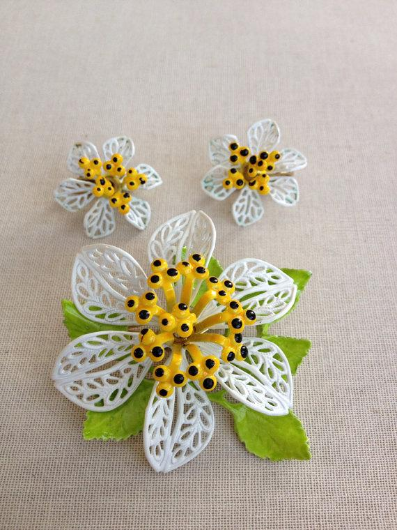 Mariage - Vintage yellow white black enamel flower brooch and earring set, flower power, demi, metal flower, bridal bouquet, upcycle recycle repurpose