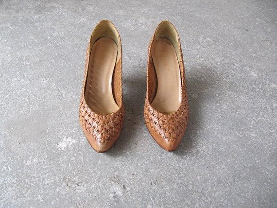 Свадьба - 1980s vintage tan leather pump / woven wedding shoe
