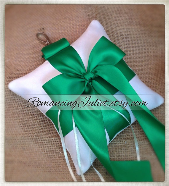 Свадьба - Pet Ring Bearer Pillow...Made in your custom wedding colors...shown in ivory/Kelly green